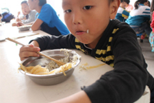 简单的午餐孩子们也吃得十分开心