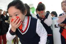 学生们在儿童安全体验教室内演练火灾逃生
