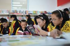 学生们在安康图书馆内看书