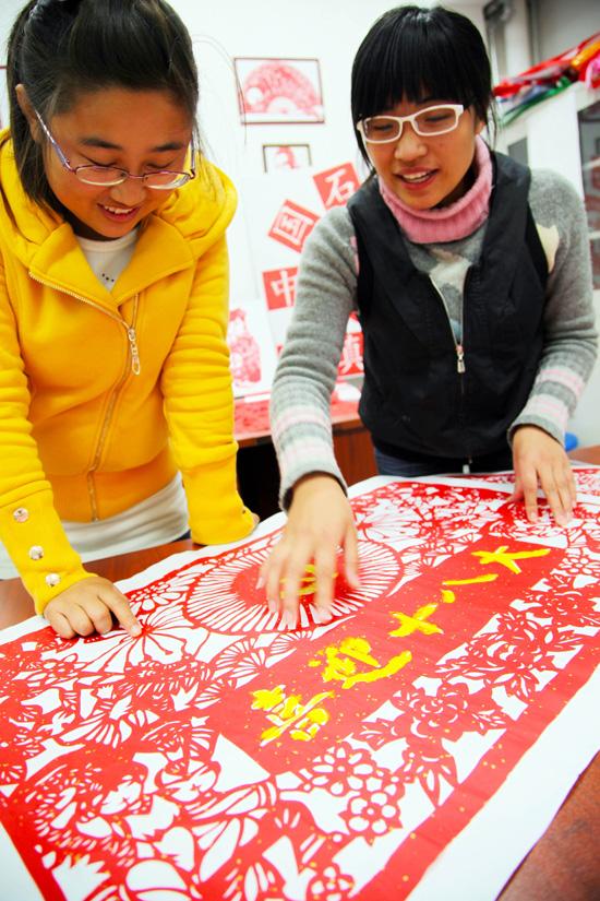 """手工艺协会的大学生展示剪纸作品""""喜迎十八大"""""""