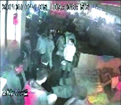 视频 老人/白衣女子守护摔倒的老人(画圈处)。视频截图