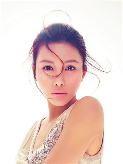 马诺/艺人马诺近日发布首张EP《热夜》,配合新歌《最美的时光》拍摄...