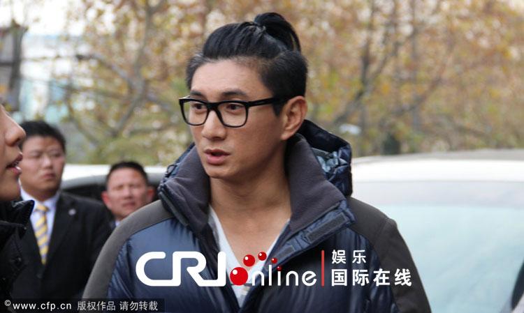 吴奇隆扎人气回小辫粉丝总结遭酒店围堵追赶报告五月份的发型师爆棚图片