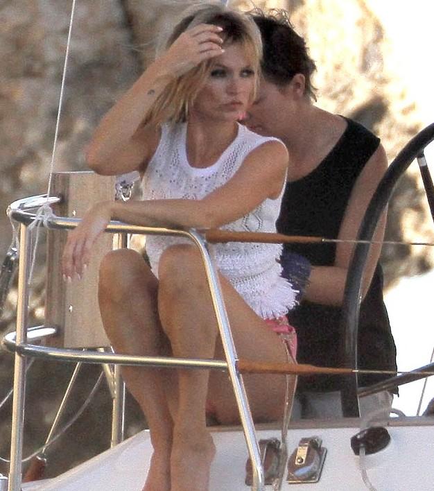凯特/凯特·莫斯海滩豪放拍照穿荧光色复古bra化晒伤妆