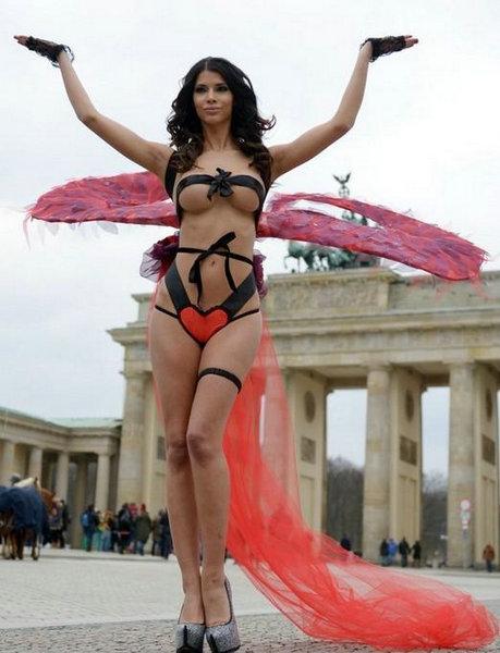 艳星米开拉绷带勒胸化身丘比特 1 6张高清图片