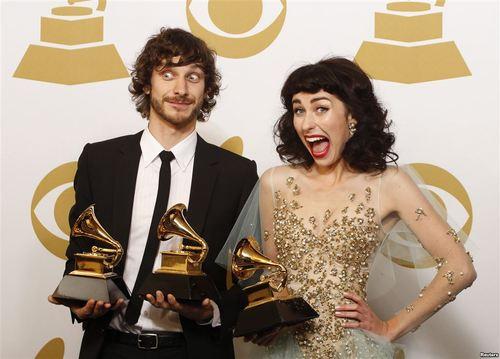 乐队从乐坛前辈手中毫不含糊的揽下重头奖项的黄金黑马,则是这个颁奖