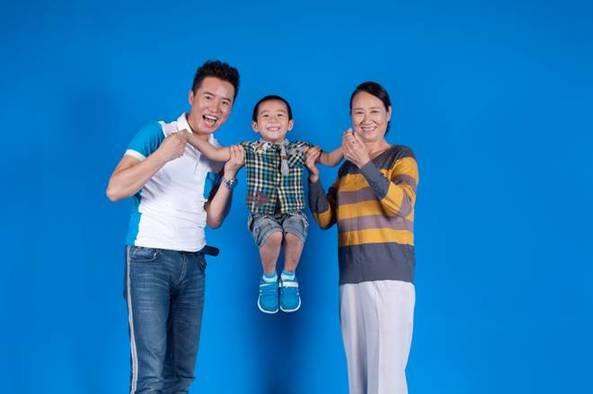 马仕健拍 亲亲老人 抱抱孩子 公益广告图片