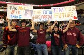 """女球迷示爱林书豪。连续5场比赛20+得分,带领球队获取本赛季最长的5连胜。华裔后卫林书豪已然成为现在NBA最炙手可热的新星。如同现实版""""仙道""""的球风让林书豪赢得了无数中美球迷的喜爱,现场标语表达着大家队偶像的喜爱。除了示爱的女球迷,被林书豪击败的科比也成为球迷挪揄的对象,不过因伤缺阵的小甜瓜安东尼可是躺着也中枪,他的球衣被一位创意球迷改造了一番,7号成了17号,而他的名字也被""""LIN""""的字样贴上覆盖。"""