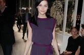 丽·乐扎克 (Leigh Lezark)一身紫色降临秀场,紫红色的腰带将比例完美切割。