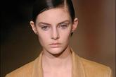 模特泪洒T台的事情并不是头次发生,早在2009年,模特Auguste Abeliunaite就泪洒伸展台。当时有自称Jil Sander后台工作人员的网友留言表示是因为模特Auguste Abeliunaite穿得鞋子非常不合脚而且很高,在T台上脚疼痛,因而担心会摔跤的心理身体上的双重压力导致流泪。也有网友表示可能是因为闪光灯的极强光线造成的眼部不适而流泪,更有想象力丰富的网友表示可能是为了配合服装故意流泪造成哀伤感。