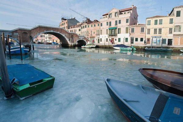 """北半球极寒超300人死亡 威尼斯水城成""""冰城"""""""