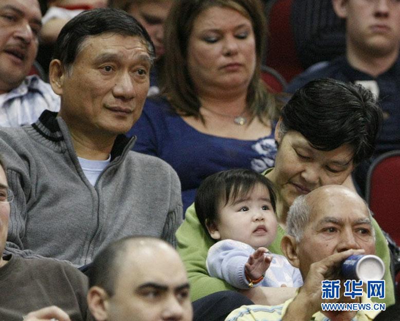 姚明家人观战NBA 小姚明亮相看台[高清大图