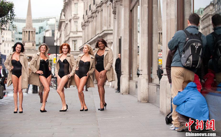 英国女子穿内衣游行 呼吁增加内衣款式[高清大图]