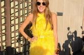 2012米兰时装周(春夏)。Prada秀场安娜•戴洛•罗素(Anna Dello Russo)身着Prada明黄色环颈流苏短裙+花朵手镯性感现身。