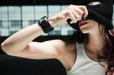 这种电脑手表戴在手上,可以感应女性月经后的生物电变化。