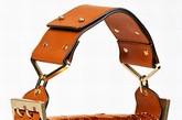 Chloé 2012夏季系列手袋在追求外形时尚创新的同时兼顾了实用性。清一色单肩的款式提高了手袋的使用率,橘色、黄色的包面采用多色拼接、金属漆面、动物压纹等工艺使每一款包袋都能呈现不同的美感。两款宽肩带的手袋更能保证手袋肩背的舒适度,非常贴心。
