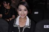 北京电视台主持人栗坤来到秀场助阵祁刚。巧用经典黑白搭配的她气质出众,夺人眼球。