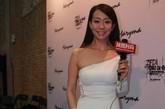吴辰君当晚一袭白色斜肩长裙高调亮相秀场,镜头前的她依旧笑如春风。