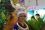 2012中国国内旅游交易会 美女成展台一景