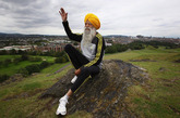 """绰号""""头巾旋风""""(The Turbaned Tornado)的 Fauja Singh 于1911年出生在印度,目前他保持着一项吉尼斯纪录:世界最老的马拉松职业选手。在89岁时完成第一次马拉松比赛后,Singh 决定投身于这项事业。自那以后他已经参加过8次职业赛,还打算为今夏的伦敦奥运的火炬接力做贡献"""