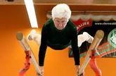 当地时间3月25日,德国科特布斯挑战者杯比赛现场,德国一名86岁的老妇Johanna Quaas进行比赛,并完成了双杠和自由体操。