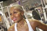 """75岁的谢帕德拥有完美的肌肉状态,她教授一些模特和健身课程,并且对媒体说:""""如果你想激励学员,那你自己必须首先做到""""。"""