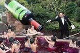 红酒浴 一个古色古香的大木桶,一个肤白如雪的美人,一层散发春色的玫瑰花瓣,一瓶酒香四溢的红葡萄酒――活脱脱一幅美人沐浴图。 这不是早已流行的花瓣浴,这是近来被人们所接受的食品浴中的一种――红酒浴。