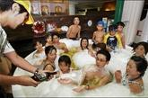 啤酒浴 距离东京仅有一天路程的神奈川县箱根町是一个多山的温泉胜地。这里的一家温泉公园设了一种啤酒杯状的浴缸,浴缸内盛满了散发着啤酒花和大麦清香的热啤酒。 据介绍,洗啤酒浴能够清洁并滋润肌肤。 箱根町温泉胜地还向游客提供咖啡浴、茶浴及日本米酒浴。