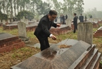 驻越南使馆赴中国烈士陵园扫墓