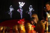 当地时间2012年4月30日,英国伦敦,著名鞋履品牌设计师Christian Louboutin作品回顾展亮相伦敦。设计师Christian Louboutin亲自亮相造站台吆喝,首席舞娘黛塔-范-提斯(Dita Von Teese)造势。