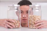 多吃纤维钙质流失  过多的膳食纤维使食物通过肠道速度增加,使钙的吸收率降低;有研究表明:两个成年人的饮食从每顿纤维含量低的精面包改为每顿纤维含量高的粗面包时,钙(镁、锌和磷)随着出现负平衡。哪些情况导致钙的流失