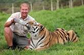南非一家公园内一头西伯利亚虎兽兽(Shosho)和它的饲养员阿什利•戈伯特之间长期相处,久而久之建立起了感人的友谊。他们一同嬉戏、亲吻、拥抱,场面甚是打动人心。兽兽重达256公斤,站立时高近2.5米。饲养员阿什利说,兽兽非常温顺,十分喜欢与人亲热,但他同时也表示,自己的工作也存在潜在的危险。西伯利亚虎属于珍稀物种,目前仅有约360只生活在俄罗斯东部。
