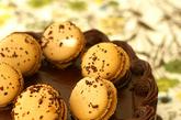 由蛋白、杏仁粉、白砂糖和糖霜所做的法国甜点,外皮酥脆,内里柔软,还有娇羞可爱的小裙边,品质顶级的马卡龙,各项材料、口味的协调,同时融合各种味觉,产生丰富的层次,在光线照射下亦会映出光泽。