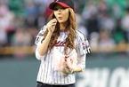 韩女艺人为棒球比赛开球[高清]