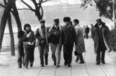 七十年代末八十年代初,羊剪绒帽子、大拉毛围巾、军大衣、进口蛤蟆镜一度是北京时尚青年的最爱。一九八O年三月摄于北海公园。