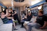 """另外,车的前部和后部都有躺椅和一些让人放松的娱乐设施,中部则是铺位。车上的其它服务还有咖啡和小吃点心的供应,以及配有耳塞的iPad供客人消遣用。当治疗完成时,他们会把客人送到最初接的地点。你还可以通过""""宿醉天堂""""的网站和热线电话进行预约,然后他们会开着巴士过去接你。如果你实在不想上车的话,甚至可以将预约定在自己的宾馆房间里。"""