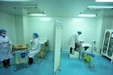 """工作人员正在溶解精子,以确定精子合格,左边为""""取精室"""""""