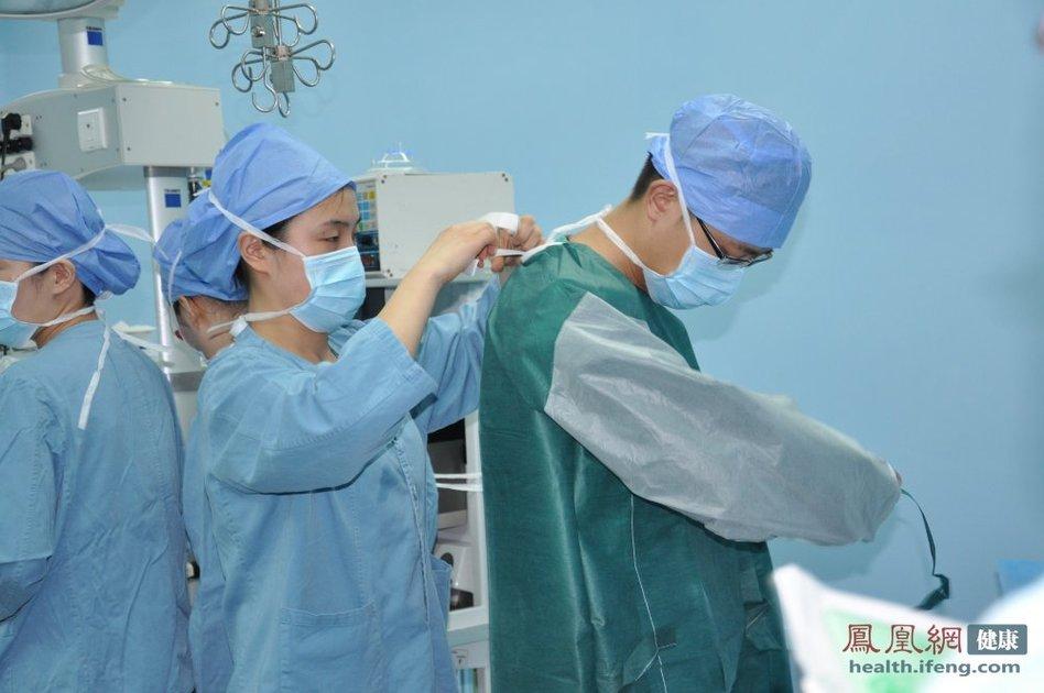 记者探秘外科手术室 体验神外医生生活