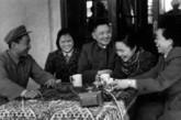 1961年2月,邓小平、卓琳和孩子们在云南欢度春节。