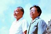 1983年8月13日,邓小平和卓琳在长白山天池前留影。