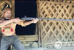 全球猎头部落 长老仍随身携带砍头工具