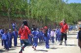 志愿者跟小学生们玩跳绳