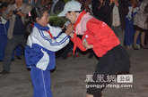 演员李鑫雨为孩子们演唱