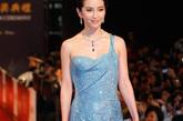 2005年的李冰冰,凭《天下无贼》中的美艳女贼造型虏获广大影迷的心。在那些年各种颁奖礼上,李冰冰的造型首尝突破,却总是有些不尽人意。近两年,李冰冰时尚感飙升,大气典雅成为关键词。2010年台湾金马奖,冰蓝色拖地礼服裙艳惊四座。
