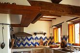 厨房是家里最易弄的脏的空间,仿古砖出色的防污防水性,让空间表面不易污染,方便清理污垢。同时在铺设过程中,可选择小尺寸的单色砖,搭配少量的手工彩绘花片作为点缀,利用腰线作为颜色的区分,将您想要的风格展现得淋漓尽致。