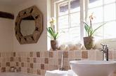 这个小平房浴室画中的中性色调,以最大限度地提高空间和光线的中性色调,墙面选择了复古块砖作为腰线来分割突出,与墙面华丽的镜子装饰相映衬,都独具气质。卫浴间浴缸跟台盆陈设都很现代化,与腰线砖和墙面镜形成鲜明的对比。