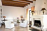 仿古自身多样化的色彩,让客厅空间有了多重选择,例如客厅通风性好,采光明亮,可选择颜色较丰富或花色浓重的仿古砖;而暗厕则要选择颜色较亮的,例如白色亚光、米黄等,使房间整体亮堂很多,再配以少量的花片作为点缀,用颜色较暗的腰线作为空间划分,增强了空间的立体感。