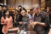 Gucci传奇制作工艺鉴赏活动自2009年9月于那不勒斯展开行程,随后登陆慕尼黑与苏黎世。2010年这项活动3月在罗马、巴黎、东京和大阪,4月在旧金山、芝加哥、贝弗利山和纽约,10月在上海、北京陆续举行;2011年于成都、沈阳两地举办。拥有最优秀技艺的Gucci工匠们前往世界各国的选定Gucci专卖店,通过设立特别的驻店工作区域,向客人展示Gucci的传奇制作工艺流程。工匠们将现场完成那些最具代表性的Gucci手袋,客人可以亲眼目睹Gucci工匠们对每件皮革产品在细节上的精益求精,以及他们精湛的手工艺。