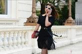 黑裙搭配白框猫眼镜。