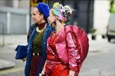 女人们穿着夸张的造型来看秀。